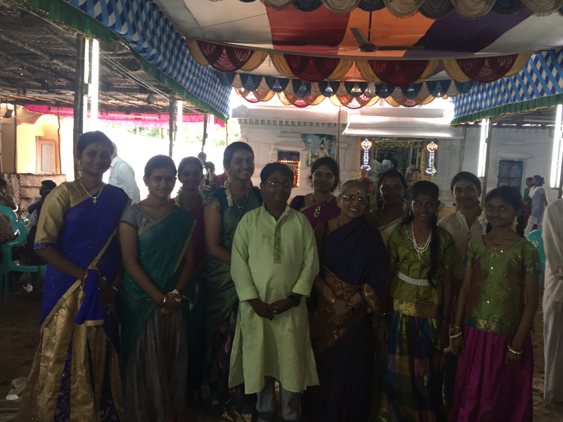 4-Smt-Mythili-Kannan-Center--with-her-students-from-the-Tirtha-Vidyashala